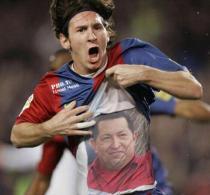 Messi festeggia uno dei suoi ultimi gol dedicandolo a Hugo Chavez