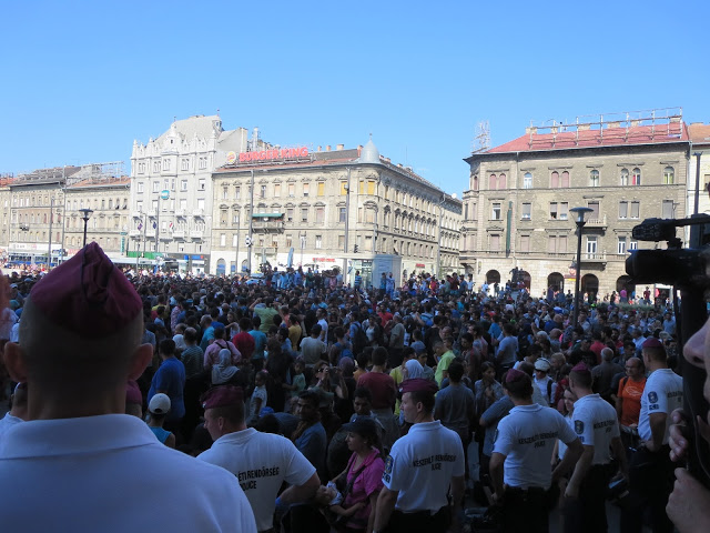 https://cambiailmondo.files.wordpress.com/2015/09/budapest-migranti_profughi.jpg