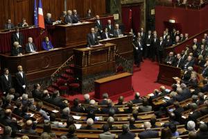 l parlamento francese riunito davanti al presidente Hollande (©Ansa).