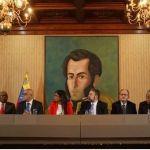 """Venezuela. Firmato un accordo tra governo e opposizione moderata. Zambrano firma e spiega: """"ci lasciamo alle spalle uno scontro senzasbocchi"""""""
