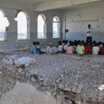 Primo giorno di scuola in Yemen. Lezioni negli edifici sventrati dalle bombe. Onu: Usa, GB e Francia complici nei crimini di guerra inYemen
